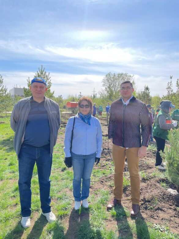 Члены Ассамблеи народа Казахстана посадили более 500 саженцев яблони в столице страны по инициативе Аладина Мустафаева